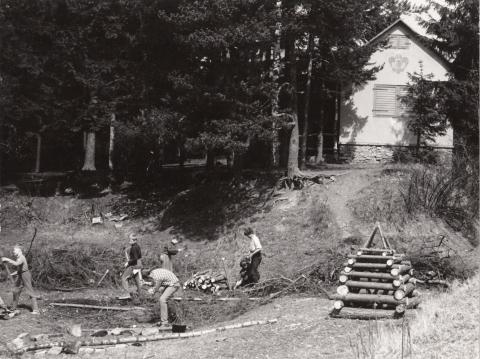 1969 - Příprava táboráku před chatou Mercedes